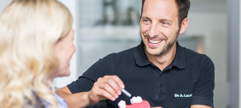 Zahnarzt im Gespräch mit Patientin über Bakterien im Mund