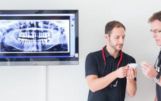 Die Zahnärzte reden über einen Gebissabdruck
