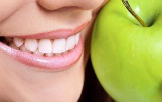 Eine Frau mit grünem Apfel in der Hand