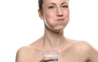 Eine Frau hat Mundspülung im Mund