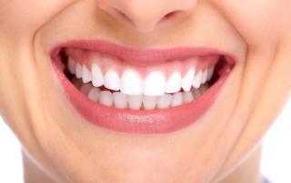 Frau mit weißen Zähnen lächelt